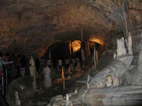 замок в пещере